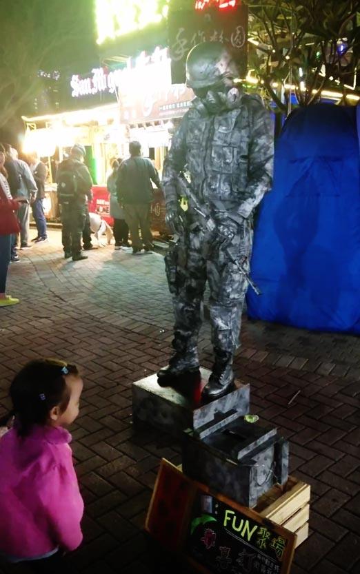 祭りで見かけた軍人ロボット風パフォーマー