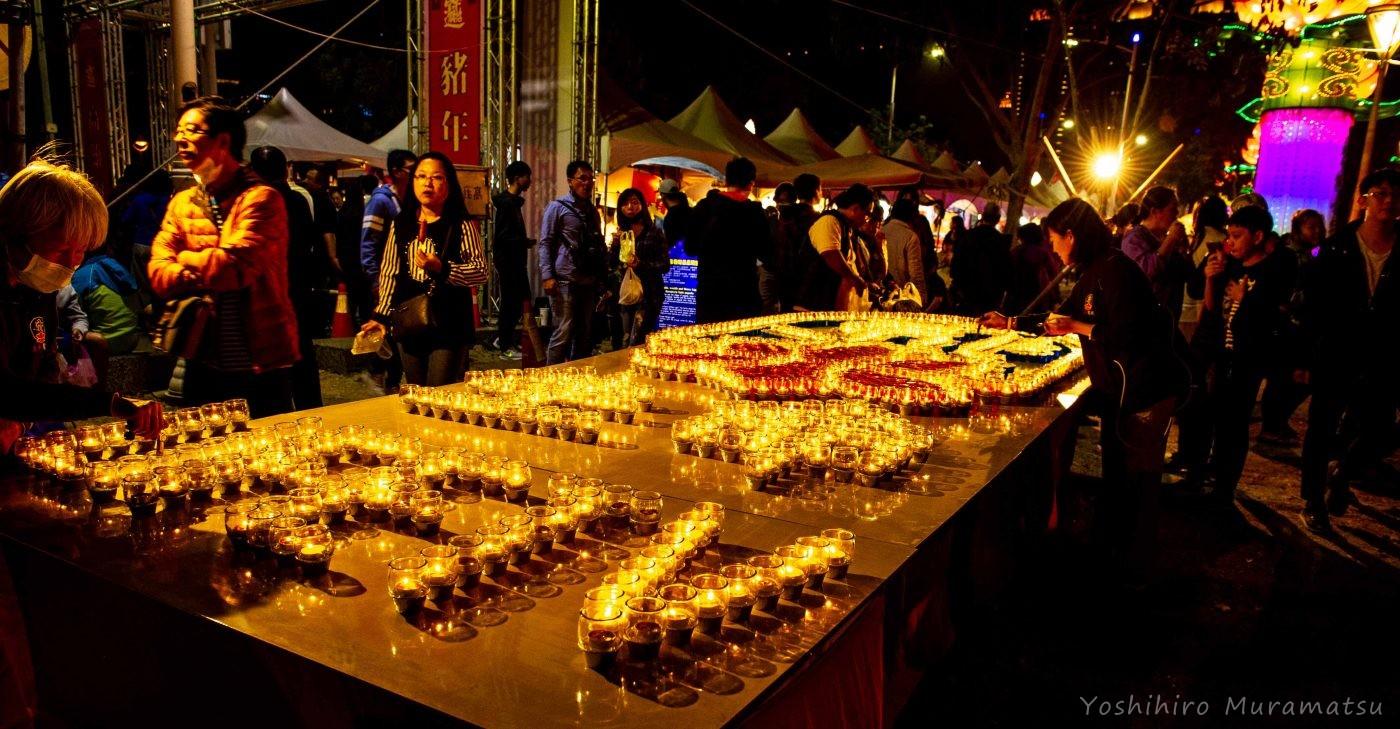 祭りの風景。ロウソクを使った光のオブジェ。