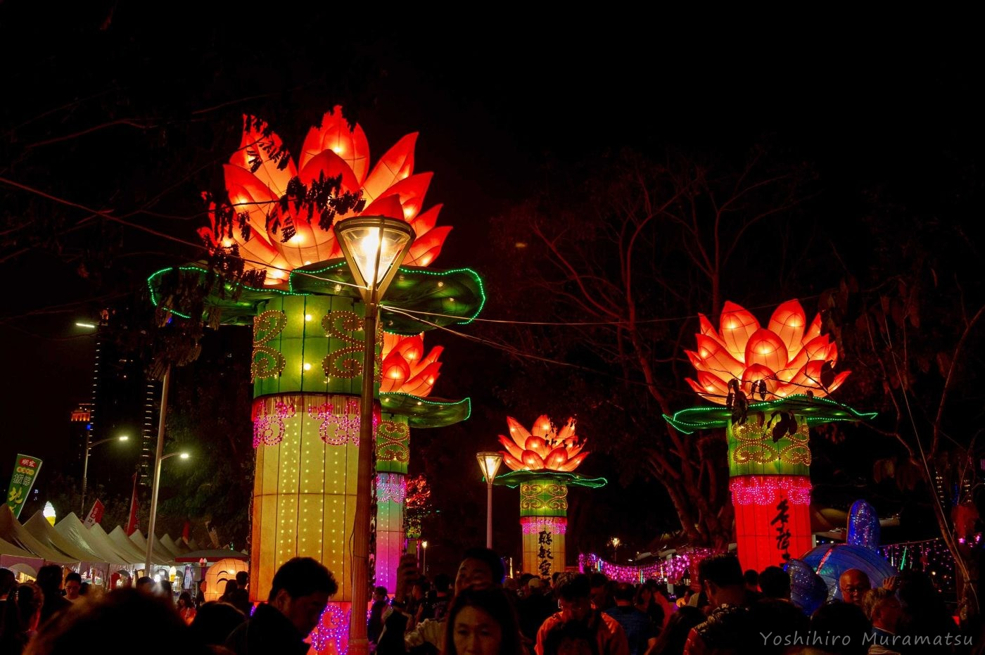 祭りの風景。ハスの光るオブジェ。