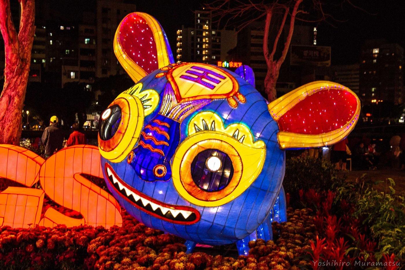 祭りの風景。何かの動物のような光るオブジェ。