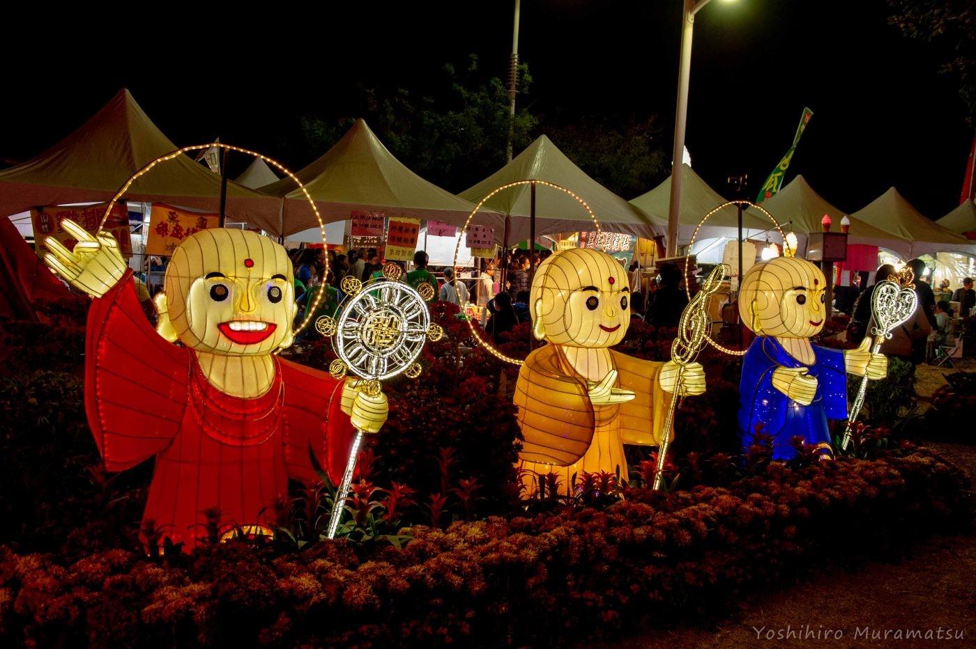 祭りの風景。宗教かお寺のお坊さんの光るオブジェ。