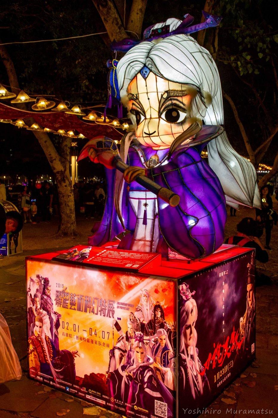 祭りの風景。テレビで放送されている人形劇のキャラクターモチーフ。