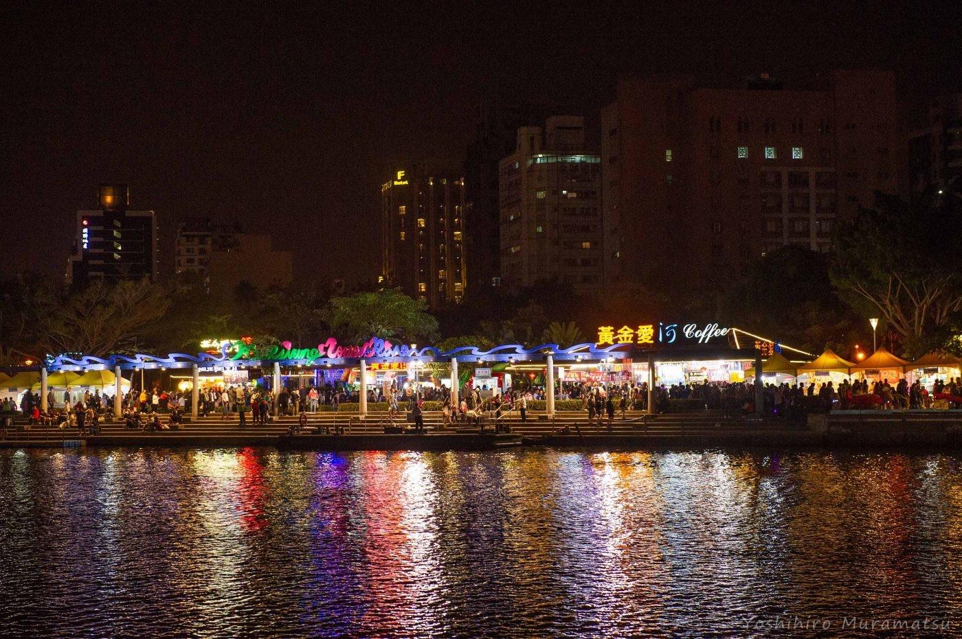 祭りの風景。大きな川の両側がずっと祭りの会場になっています。