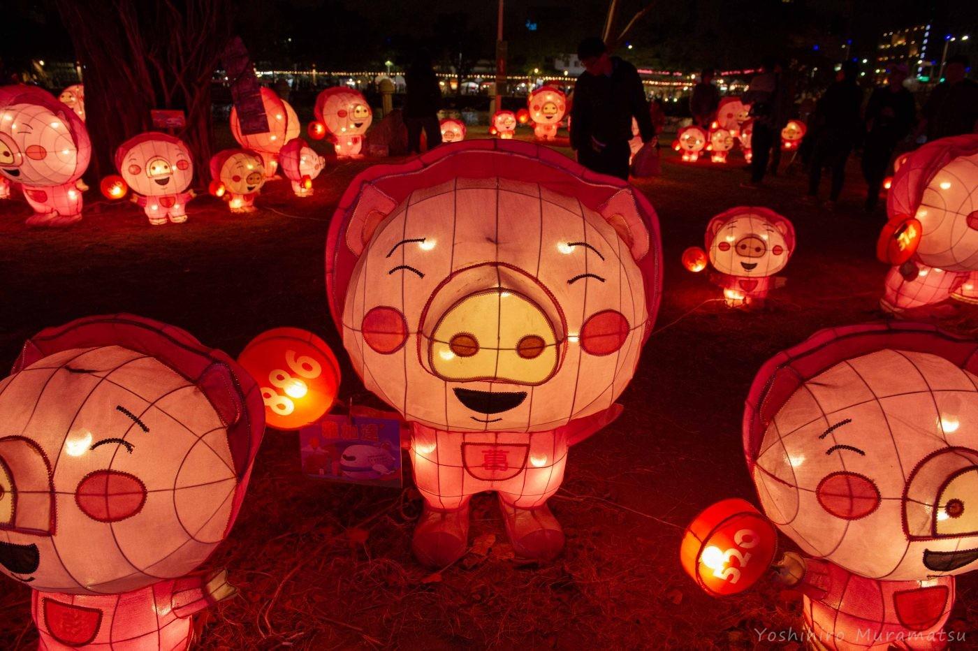 祭りの風景。豚の光るオブジェ。たくさんのブタさんが笑っていました。